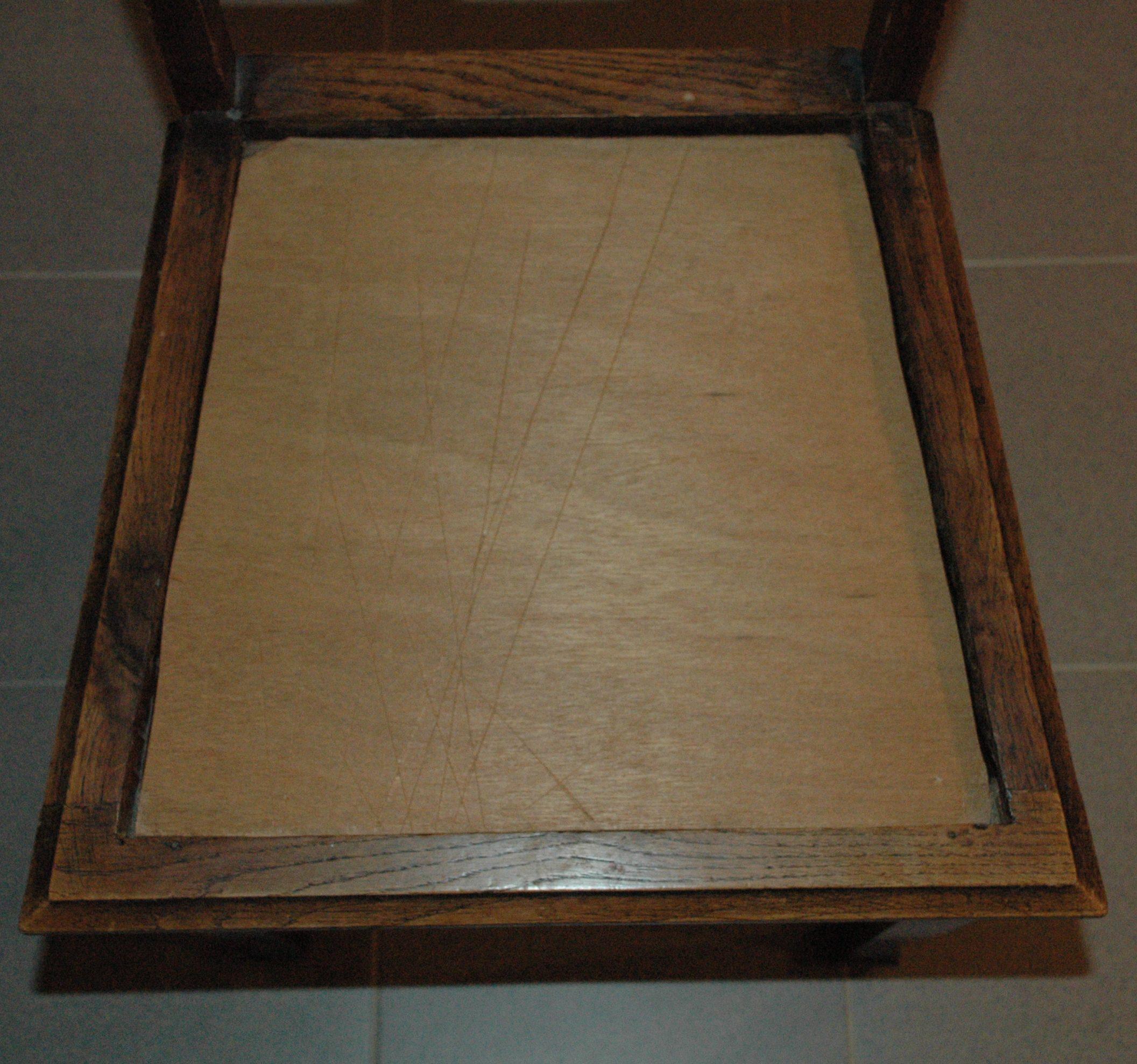 oude gaatjes frame was er uit gezaagd en een plankje ervoor in de plaats