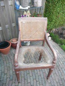 bureaustoel met gaatjesmat zoals aangetroffen
