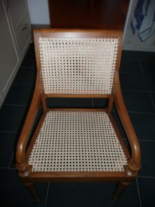 bureaustoel met gaatjesmat het houtwerk gedaan, gebeitst en gemat